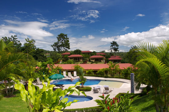 Arenal Volcano Inn : Piscina y alrededores