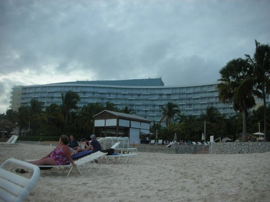Grand Lucayan, Bahamas: View of hotel from beach