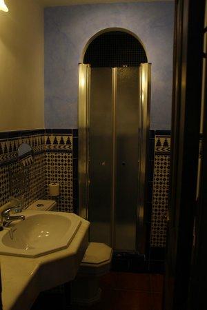 "Hotel San Gabriel: The ""cosy"" bathroom"