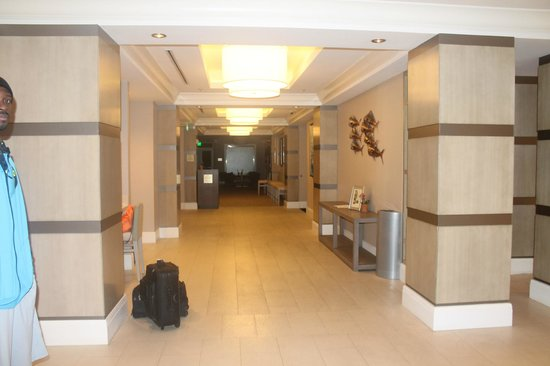 Fort Lauderdale Marriott Pompano Beach Resort & Spa : lobby area leading to restaurant/poo/ bar areas