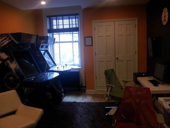 Hotel Belleclaire: Media room on 1st floor