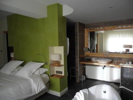 Hostellerie La Cheneaudiere - Relais & Chateaux: vue sur la salle de bain ouverte sur la chambre
