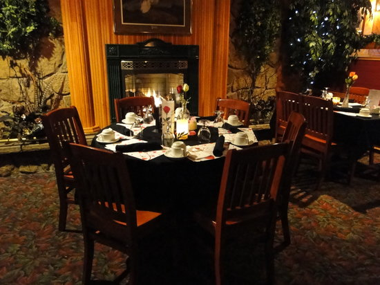Pinewood Motor Inn: Cozy table by the fireplace