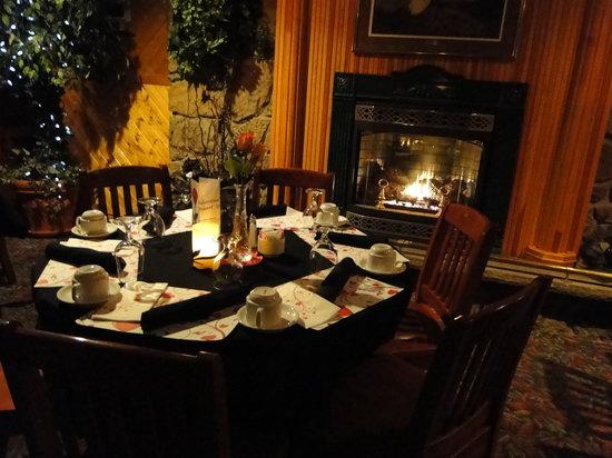 Pinewood Motor Inn: Table Set for Valentine's Day