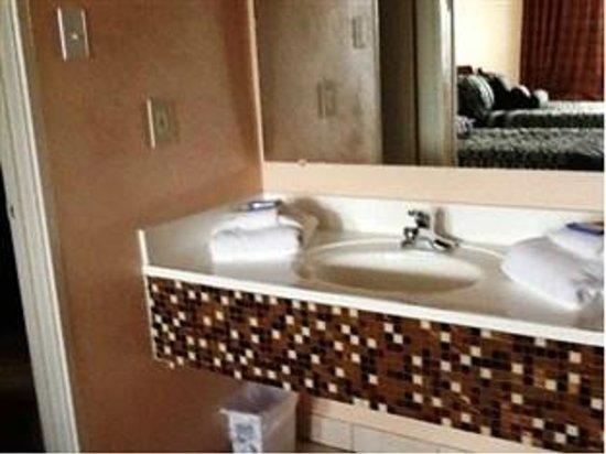 Select 10 Motel : Remodeled bathrooms
