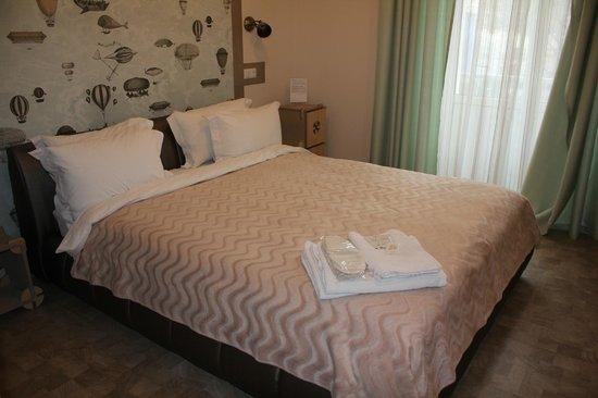Partner Guest House: Шикарная кровать