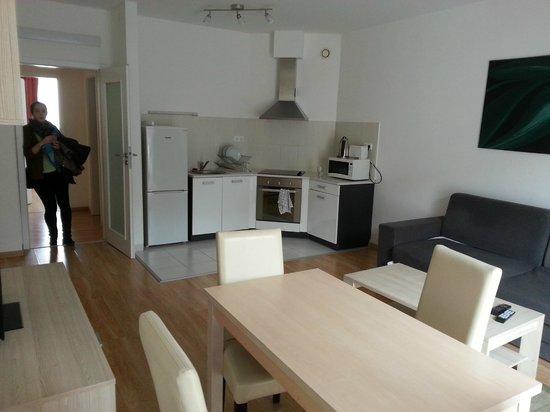 Corvin Plaza Apartments & Suites: Living room