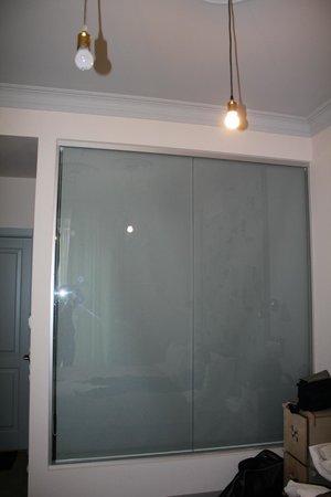 Partner Guest House: Шторка в ванной