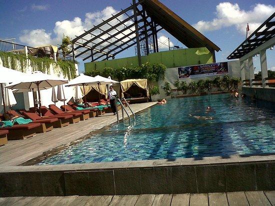 The ONE Legian : kolam renang