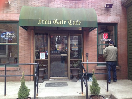Iron Gate Cafe: Entrance set back from street