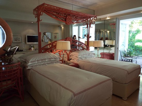 The Twelve Apostles Hotel and Spa : Beautiful, twin bedded room - oh so comfy beds!!