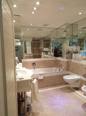 The Twelve Apostles Hotel and Spa: Huge bathroom in our room!