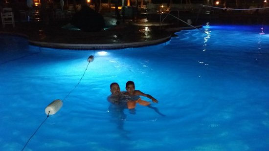 Hilton Ponce Golf & Casino Resort : Nigth in the pool