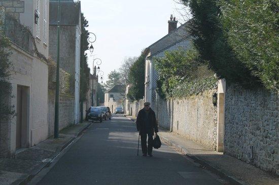 French Mystique Bike Tours: Neighborhood street