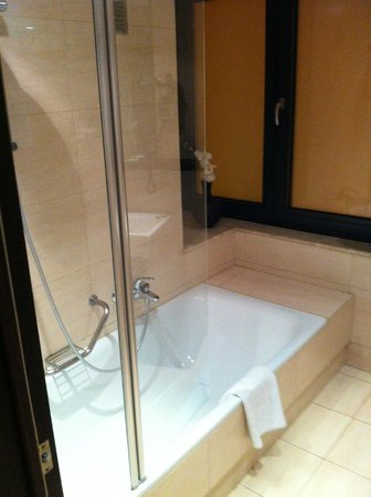 NH Brussels Grand Place Arenberg: bagno con vasca
