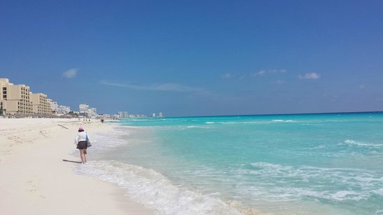 Sandos Cancun Luxury Resort : Our first day. Heavenly sea. Love it <3
