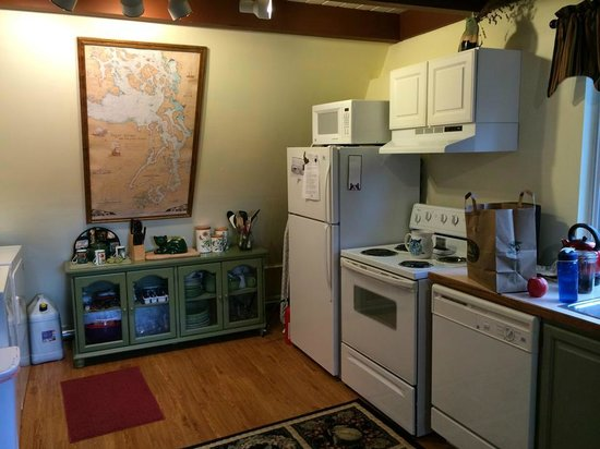 Green Cat Guest House and B&B: The adorable kitchen.