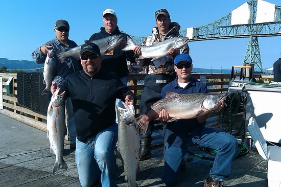 Astoria Riverwalk Inn: On the dock, in front of the hotel. King salmon caught!