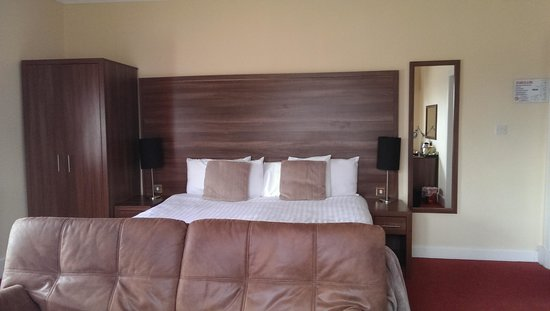The Royal Hotel: our great sized bedroom, with all we needed included