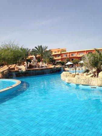 Amwaj Oyoun Hotel & Resort: pool area