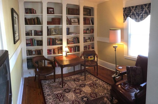 Beach Farm Inn B&B and Cottage: Library
