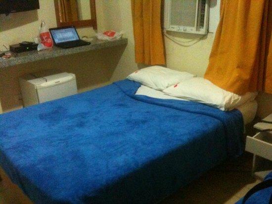 Hotel Saveiro: Ar condicionado e janela sem proteção acústica