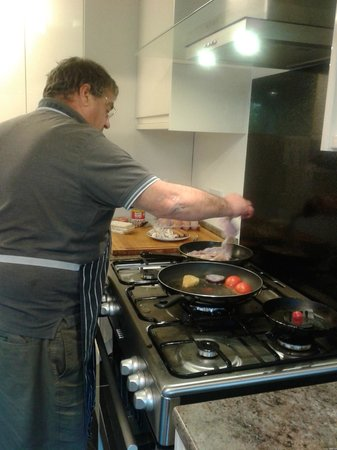 Langmead Guesthouse: Cooking breakfast