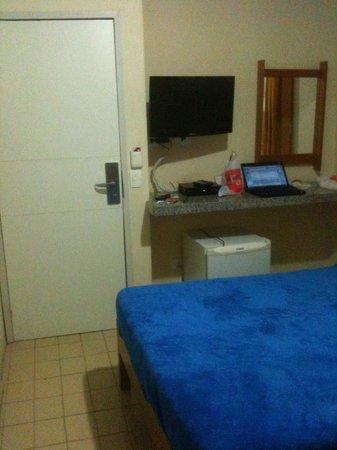 Hotel Saveiro: Quarto apertado. Sem espaço para mesa/cadeira