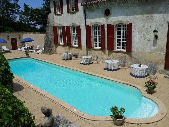 Chateau d'Aiguefonde: Бассейн неплохо освежает в жаркий день