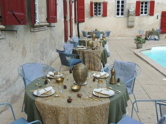 Chateau d'Aiguefonde: Каждый вечер столы украшают по-новому