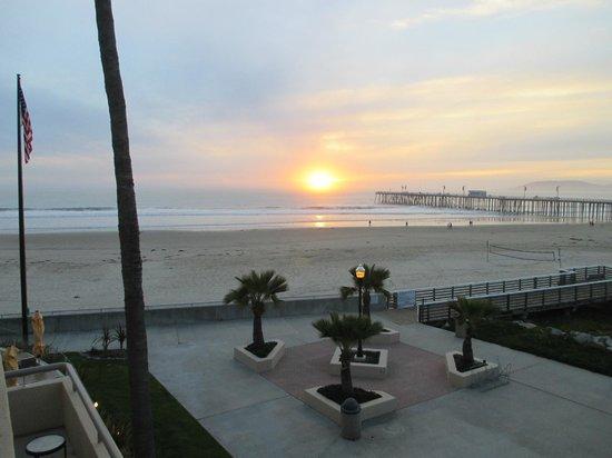Sandcastle Inn: Sunset Over the Beach