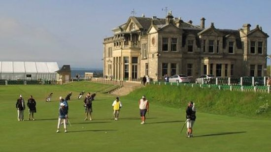 BEST WESTERN Scores Hotel: The 18th green at the Old Course. As a golfer, I could watch this all day.