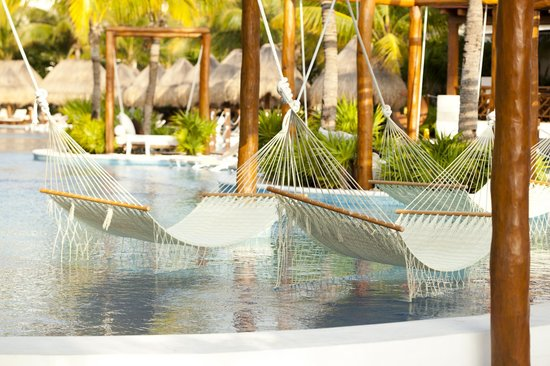 Excellence Playa Mujeres: hammocks in the pools, so relaxing!