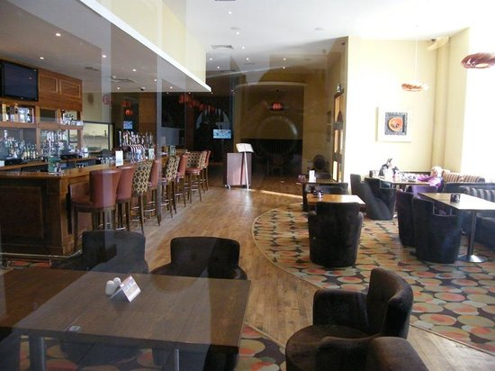 Lough Rea Hotel and Spa: bar area, pretty