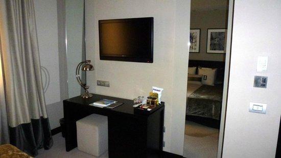 Hotel Murmuri Barcelona : le bureau et la télévision