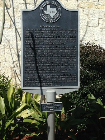 Arboreto y Jardín Botánico de Dallas: Plaque outside of DeGolyer House