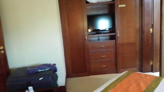 City Seasons Suites: TV dans la chambre