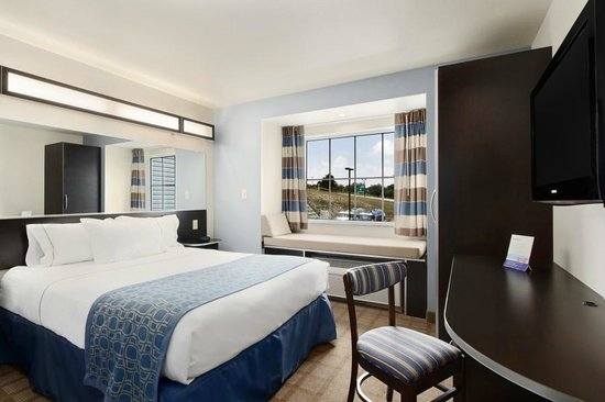 Microtel Inn & Suites by Wyndham Waynesburg: Comfortable Guest Room with One Queen Bed