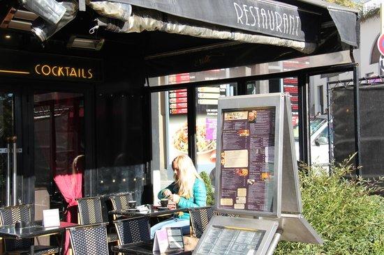 Mercure Paris Montmartre Sacre Coeur : Кафе рядом с отелем