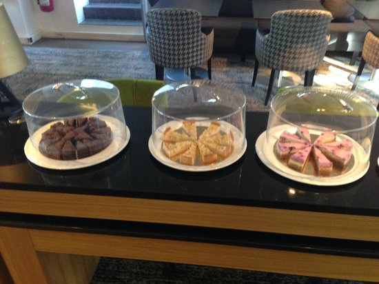 Hilton Stockholm Slussen: Executive Lounge cakes during afternoon tea hours