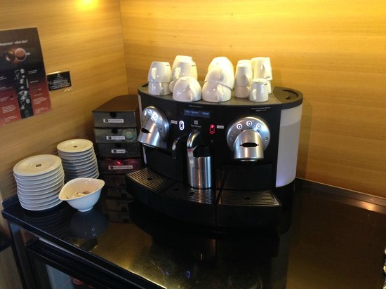 Hilton Stockholm Slussen: Nespresso machine in Executive Lounge