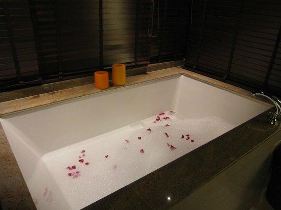 Gaya Island Resort: rose petals bath tub