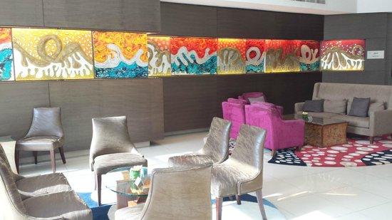 Traders Hotel, Qaryat Al Beri, Abu Dhabi: espace détente dans le hall