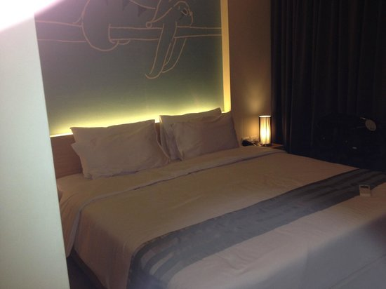 Tiras Patong Beach Hotel: room 304...great bed