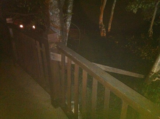 Century Langkawi Beach Resort: ruttet staket, drygt 2 meters fall bakom