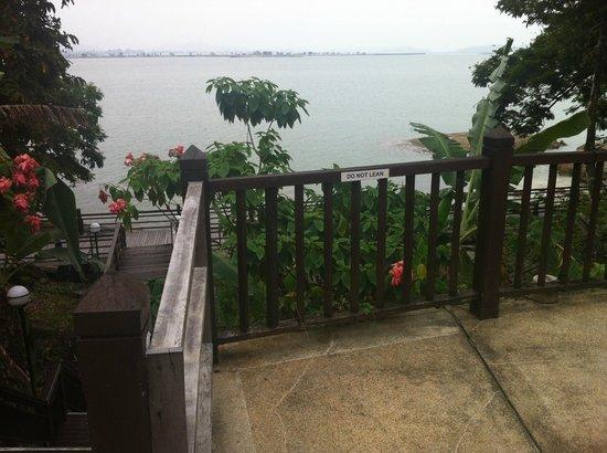 Century Langkawi Beach Resort: dåliga staket, do not lean skylt istället för säkra staket.
