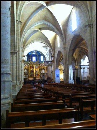 Nave central da Catedral de Valencia, gótica.