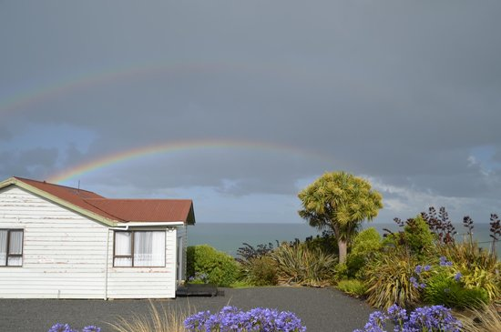 Nugget View & Kaka Point Motels: View from our room towards the Ocean with double rainbow