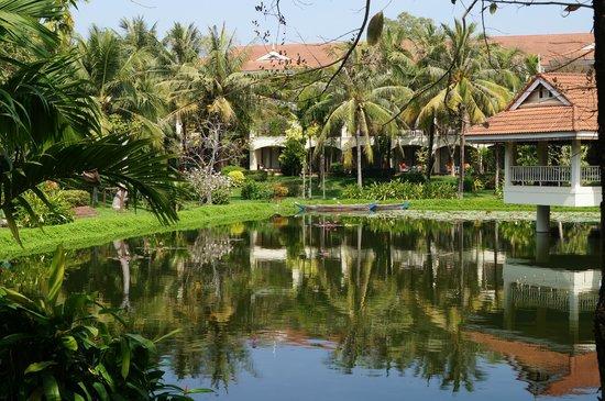 Sofitel Angkor Phokeethra Golf and Spa Resort: Seerosenteich mit Blick auf die Zimmer