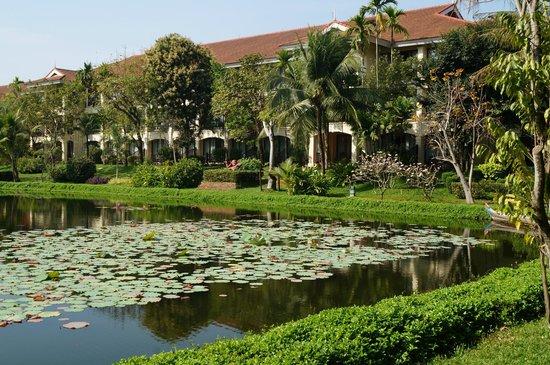 Sofitel Angkor Phokeethra Golf and Spa Resort : Seerosenteich mit Blick auf die Zimmer